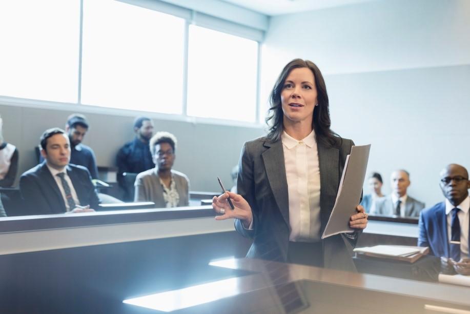 حق الوکاله وکلا و قرارداد مالی که بین آنها تنظیم می شود، تابع چه قوانینی می باشد؟