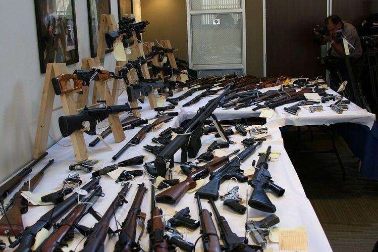 ب- قاچاق اسلحه و انواع مهمات و تجهیزات جنگی