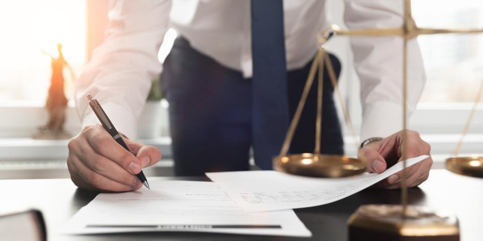 در انتخاب وکیل دیوان عدالت اداری چه مواردی را باید مدنظر داشته باشیم؟