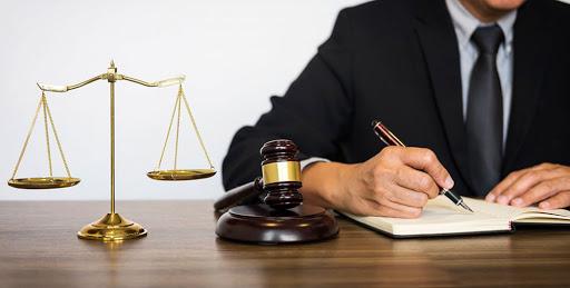 چه نوع نکاتی را باید در انتخاب وکیل باتجربه در دیوان عدالت اداری در نظر داشته باشیم؟